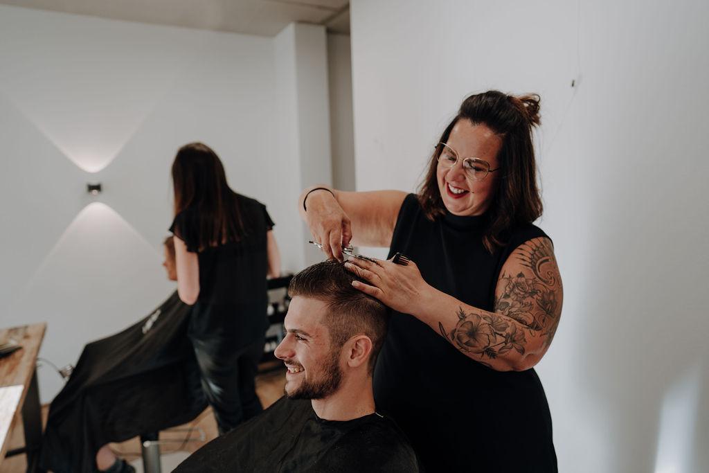 haarbar by Birgit Müller - Chefin und Friseursaloninhaberin beim Haare schneiden